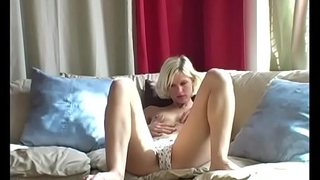 Yanks Blonde Kimber Fingers The brush Pussy